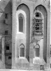 Palais des Papes - Grande audience et chapelle : Façade sud sur la place