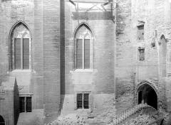 Palais des Papes - Grande audience : Façade est, côté de la porte Mirande