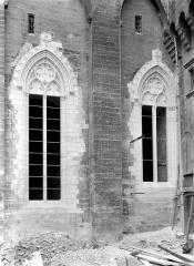 Palais des Papes - Cour d'honneur : Angle nord-ouest près de la porte Notre-Dame