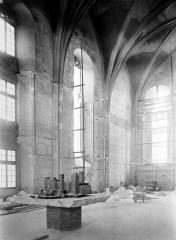 Palais des Papes - Chapelle de Clément VI : Vue intérieure vers l'angle sud-ouest