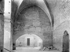 Palais des Papes - Chapelle de Clément VI : Vue intérieure de la sacristie, côté nord. Passage vers la tour de la Garde-Robe