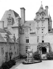 Château de Kerjean, actuellement Musée breton - Cour d'honneur : Angle nord-ouest et puits