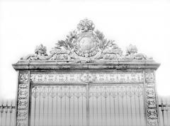 Domaine national de Versailles - Porte de la grande grille à l'est : Couronnement