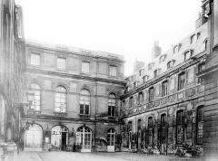 Domaine national de Versailles - Bâtiment Louis XIII dans la cour des Princes : Vue d'ensemble
