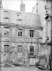 Domaine national de Versailles - Bâtiment Louis XIII dans la cour des Princes : Trois travées