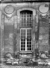 Domaine national de Versailles - Bâtiment Louis XIII dans la cour des Princes : Fenêtre du rez-de-chaussée