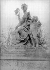 Domaine national de Versailles - Groupe sculpté à droite de la grande grille