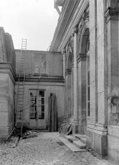 Domaine national de Versailles - Cour côté sud : Passage au rez-de-chaussée
