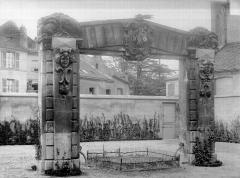 Château - Portique : Restes des anciennes écuries