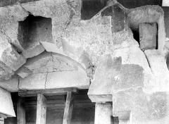 Château de Vincennes et ses abords - Donjon : Linteau du pont-levis au 1er étage