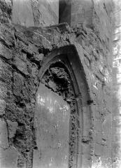 Ancienne abbaye Saint-Martin-des-Champs, actuellement Conservatoire National des Arts et Métiers et Musée National des Techniques - Eglise : Porte murée à la base sud du clocher