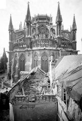 Cathédrale Notre-Dame - Chevet pris des ruines des maisons situées aux abords