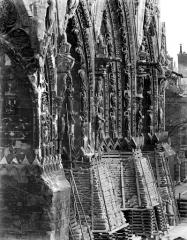 Cathédrale Notre-Dame - Portails de la façade ouest : Vue perspective