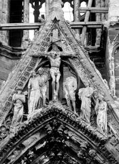 Cathédrale Notre-Dame - Portail nord de la façade ouest. Gable : La Crucifixion