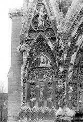 Cathédrale Notre-Dame - Portail nord de la façade ouest : Pignon à gauche de la porte, côté ouest