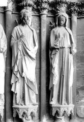 Cathédrale Notre-Dame - Portail nord de la façade ouest, ébrasement droit : Statues d'un apôtre et de sainte Eutropie