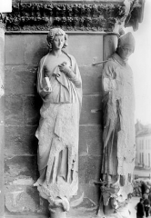 Cathédrale Notre-Dame - Portail nord de la façade ouest, ébrasement droit : Statues de saint Jean l'évangéliste et de saint Rigobert