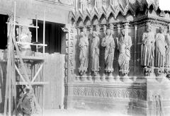 Cathédrale Notre-Dame - Portail central de la façade ouest : Trumeau et ébrasement droit
