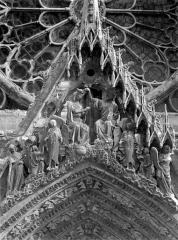 Cathédrale Notre-Dame - Portail central de la façade ouest. Gable : Couronnement de la Vierge