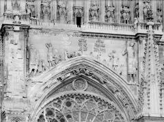 Cathédrale Notre-Dame - Façade ouest. partie supérieure de la rose : Bas-relief de David et Goliath