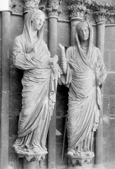 Cathédrale Notre-Dame - Portail central de la façade ouest. Ebrasement droit : Groupe de la Visitation, statues de la Vierge et de sainte Elisabeth