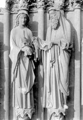 Cathédrale Notre-Dame - Portail central de la façade ouest. Ebrasement gauche : Groupe de la Présentation au Temple, statues de la Vierge à l'Enfant et de saint Siméon