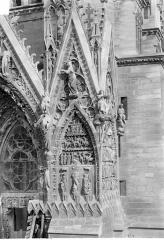 Cathédrale Notre-Dame - Portail sud de la façade ouest : Pignon à droite de la porte