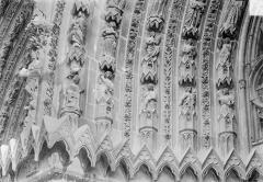 Cathédrale Notre-Dame - Portail sud de la façade ouest. Voussures de gauche : Scènes de l'Apocalypse