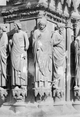 Cathédrale Notre-Dame - Portail sud de la façade ouest. Ebrasement gauche : Statues de Salomon, de saint Rémi évêque et d'un apôtre