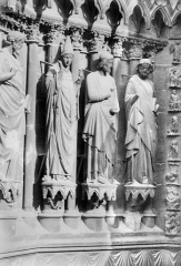 Cathédrale Notre-Dame - Portail sud de la façade ouest. Ebrasement gauche : Statues de saint Calixte pape et de deux apôtres