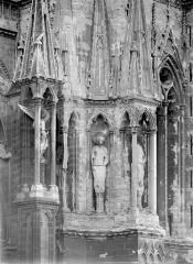 Cathédrale Notre-Dame - Tour nord : Contreforts à l'angle nord-est, au 1er étage
