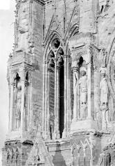 Cathédrale Notre-Dame - Tour nord : Contreforts côté nord, au 1er étage