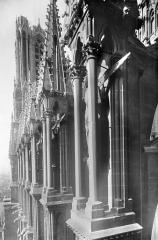 Cathédrale Notre-Dame - Façade sud : Contreforts de la nef vus en perspective vers l'ouest
