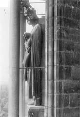 Cathédrale Notre-Dame - Façade sud, tour ouest du transept, 2e contrefort à gauche de la rose : Statue d'un roi dit Charlemagne