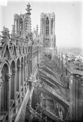 Cathédrale Notre-Dame - Façade nord : Tours et galerie supérieure vues en perspectives vers l'ouest