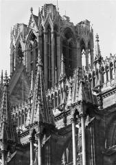 Cathédrale Notre-Dame - Façade sud : Galerie supérieure et partie supérieure de la tour nord, côté sud-est
