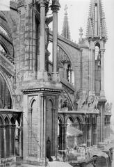 Cathédrale Notre-Dame - Abside : Galerie supérieure, contreforts et arcs-boutants