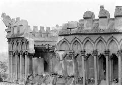 Cathédrale Notre-Dame - Abside, côté nord : Galerie de la partie supérieure avec la balustrade crénelée