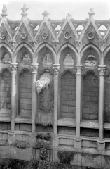 Cathédrale Notre-Dame - Façade sud : Arcatures de la galerie supérieure et gargouille