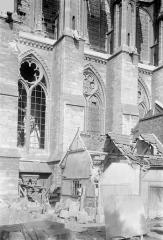 Cathédrale Notre-Dame - Façade latérale : Partie inférieure et bâtiments aux abords