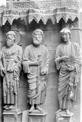 Cathédrale Notre-Dame - Portail gauche de la façade nord (portail du Jugement). Ebrasement gauche : Statues de saint Jean, saint Jacques et saint Paul