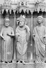 Cathédrale Notre-Dame - Portail central de la façade nord (portail de saint Calixte). Ebrasement droit : Statues de saint Rémi, de Clovis et d'un ange