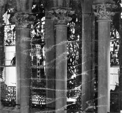 Cathédrale Notre-Dame - Vitrail, baies de la galerie sous la grande rose