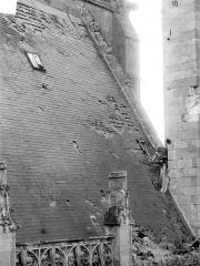 Ancienne cathédrale et son chapître - Toiture endommagée, côté nord de la nef : Penture du toit