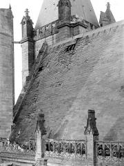 Ancienne cathédrale et son chapître - Toiture endommagée, côté sud de la nef : Penture du toit