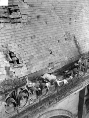 Ancienne cathédrale et son chapître - Toiture endommagée : Détail au niveau de la balustrade
