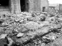 Ancienne cathédrale et son chapître - Pierres tombées sur la plateforme entre les deux tours ouest