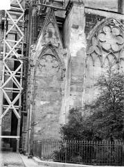 Cathédrale Saint-Gervais et Saint-Protais - Façade nord : Arcatures et contrefort du transept