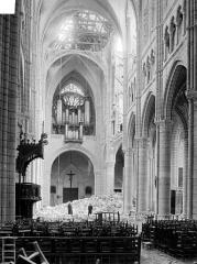 Cathédrale Saint-Gervais et Saint-Protais - Vue intérieure de la nef vers l'entrée