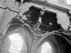 Cathédrale Saint-Gervais et Saint-Protais - Vue intérieure de la nef et du bas-côté, côté nord : Détail des destructions